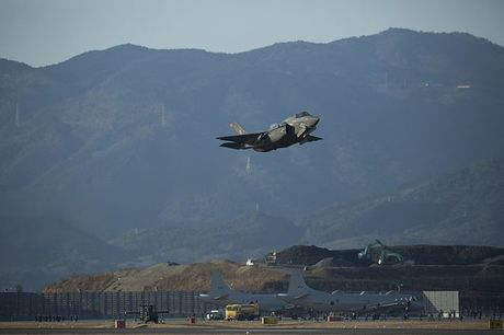 F-35B_Lighting_II_training_flights_170203-M-VF398-0090.jpg